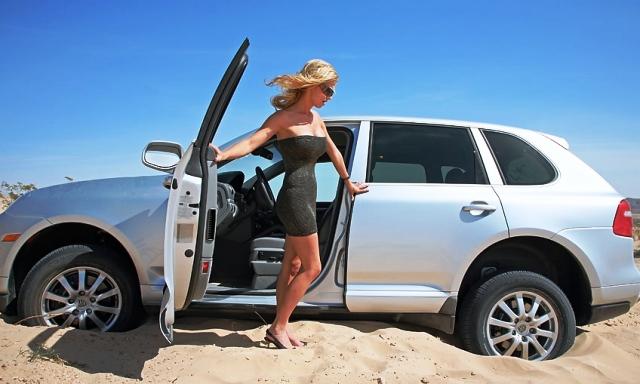 Езда по бездорожью: что делать, если автомобиль застрял в песке?