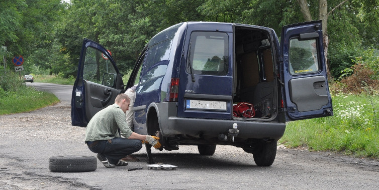 Замена колеса на автомобиле