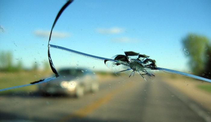 Как устранить дефекты лобового стекла автомобиля